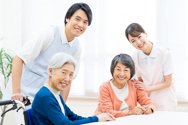 笑顔の男女の介護士と利用者のイメージ