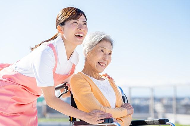 介護士と利用者さんが散歩をしている様子