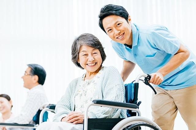 介護士と利用者さんが微笑んでいる様子