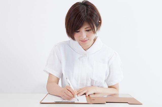 介護士が資格の勉強をしているイメージ