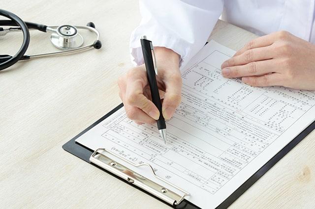 医師が診断書を書いているイメージ