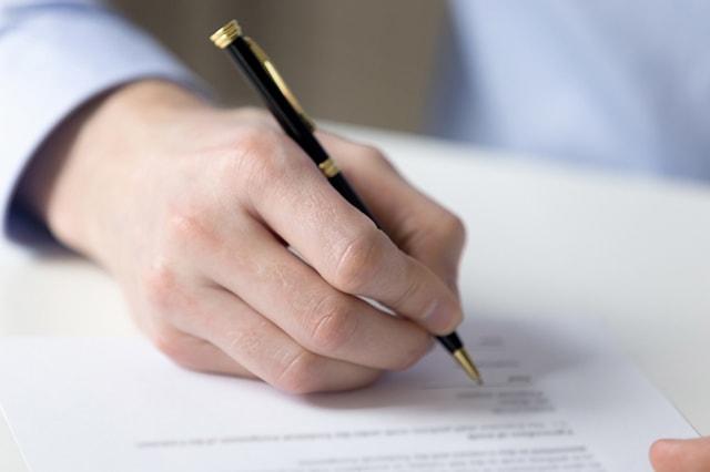 サービス提供責任者が書類を書いているイメージ