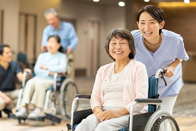 認知症高齢者グループホームで過ごす利用者さまとスタッフのイメージ